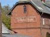Čistyje Prudy (Tolminkiemis). Edificio della vecchia stazione dei treni, dove si può ancora intravedere il nome in tedesco: