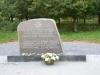 """Lazdynėliai. La pietra commemorativa di N.Nitkauskas e V.Orvydas, posta nel 1990. L'iscrizione così recita: """"In questo luogo, che fu il villaggio di Lazdynėliai, il giorno 1 gennaio 1714 nacque il classico della letteratura lituana Kristijonas Donelaitis""""."""